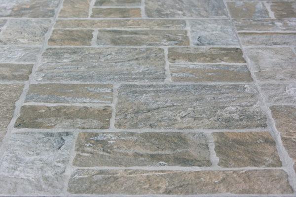 Romaans verband stenen tegels in verschillende formaten