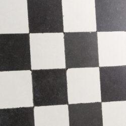 Getrommelde vloertegels zwart wit geblokt dambord